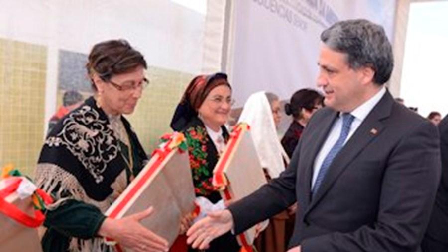 Ministro recebido por um grupo de folclore em Castelo Branco, onde revelou mais investigações