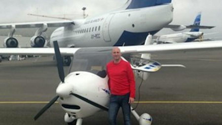 John Hilton ao lado da aeronave MicroLight, considerada a mais pequena do mundo