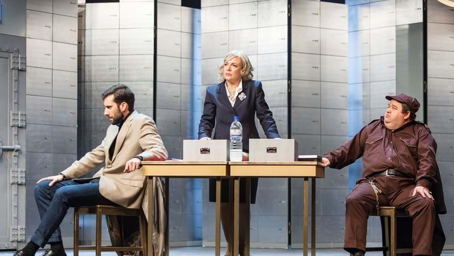 Frederico Amaral, Carla Andrino e Fernando Mendes numa cena da comédia 'Caixa Forte'