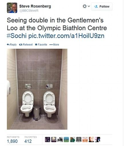 Duas sanitas foram construídas ao lado uma da outra na casa de banho