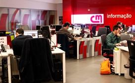 Antes das cinco da madrugada já há vários jornalistas a trabalhar, sob a coordenação de Diogo Carreira. O primeiro noticiário do dia chega às seis