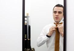 Rui Pedro Vieira, que será o primeiro pivô da CMTV nesse dia, ajeita a roupa deixada de véspera por Swailla Delgado