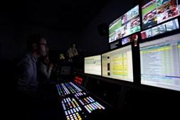 A emissão é controlada pelo realizador Rui Correia, numa régie iluminada apenas por dezenas de ecrãs