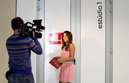 Lara Afonso já está em direto, ainda antes de entrar no estúdio, para apresentar o 'Flash Vidas'
