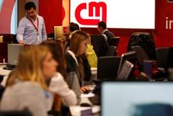 Com o avançar das horas, a redação enche-se de jornalistas e produtores. As notícias nunca param e há peças para fazer