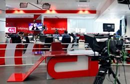 Os noticiários da tarde são feitos num mini-estúdio instalado no coração da redação