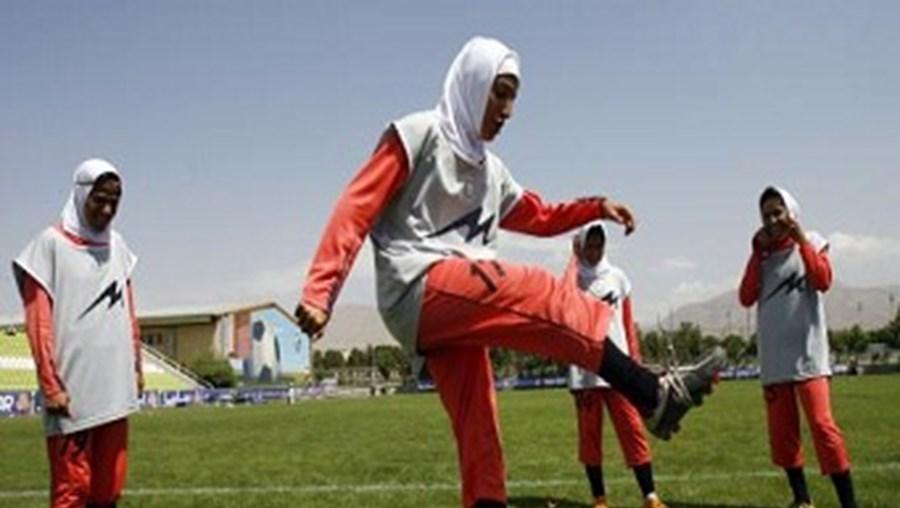 Equipas como a seleção feminina do Irão vão poder jogar de cabeça tapada