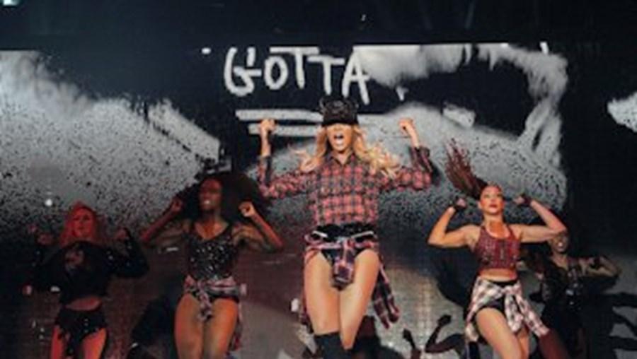Depois de ser coroada 'rainha', Beyoncé apareceu em palco com um visual mais pop