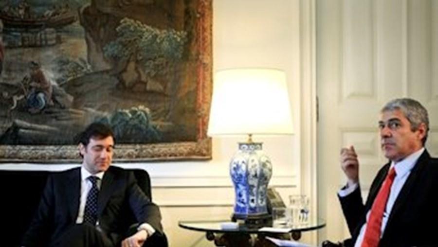 Pedro Passos Coelho, atual primeiro-ministro, com José Sócrates, seu antecessor no cargo
