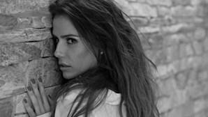 Deborah Secco, sensual até na própria casa