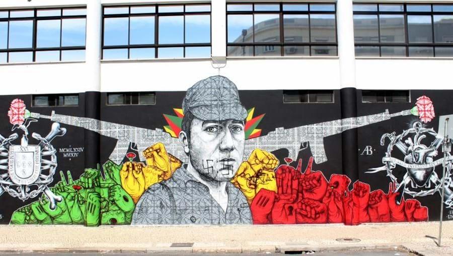 O mural ao 25 de Abril, criado pela equipa dos Underdogs, vandalizado: duas cruzes suásticas estão desenhadas na cara de Salgueiro Maia