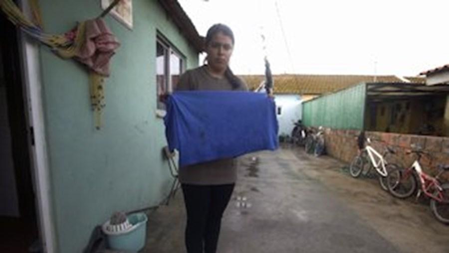 Ana Almeida, irmã de Rui, mostra a camisola ensanguentada que o jovem envergava