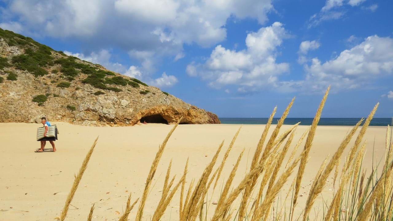 13939a3a60a0 Conheça as praias longe da multidão - Domingo - Correio da Manhã