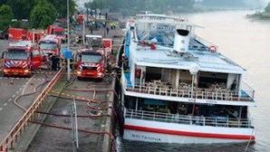 Equipas de emergência holandesas tentam salvar navio de afundar