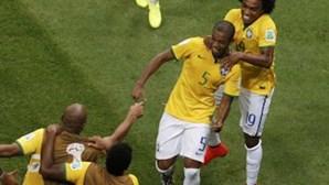 """Brasil e México nos """"oitavos"""" com vitórias sobre Camarões e Croácia"""