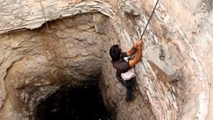 Resgata cão do fundo de um poço