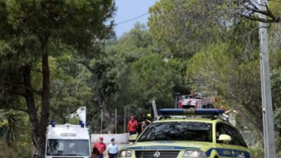 Elementos da PSP, bombeiros e do INEM em frente ao local onde ocorreu a explosão
