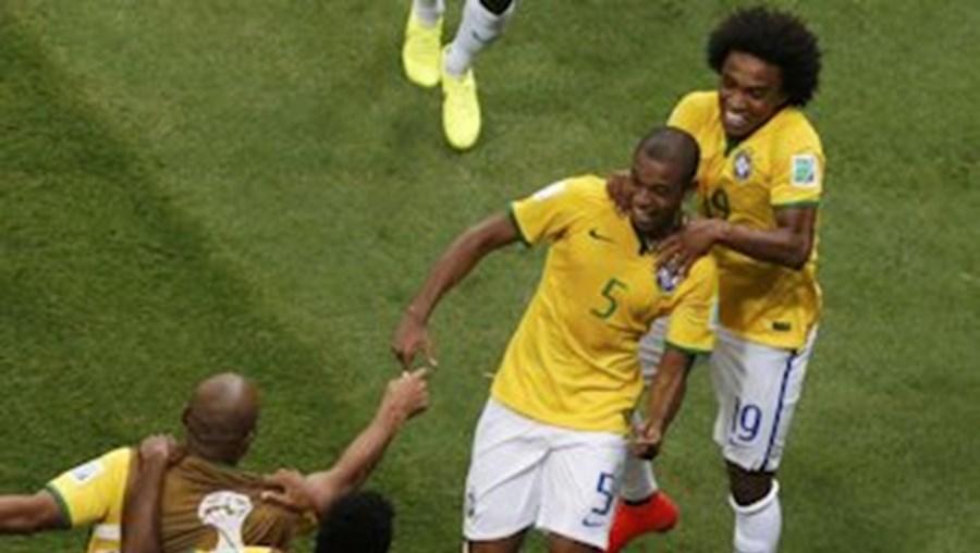 Fernandinho festeja golo com os colegas no jogo contra os Camrões