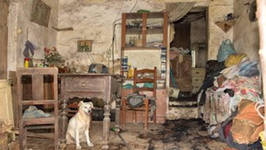 O incêndio deflagrou no colchão da cama da vítima, que vive numa casa degradada na Bica Boa
