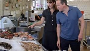 Primeiro-ministro britânico compra peixe em Cascais