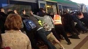 Passageiros de comboio juntam-se para libertar homem que ficou preso
