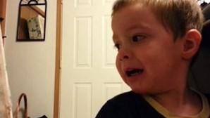 Rapaz devastado por pai roubar-lhe o nariz e a orelha