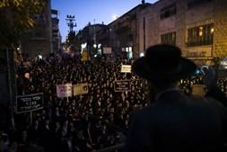 Protesto de judeus ortodoxos contra a detenção de um estudante do seminário judaico, em Jerusálem