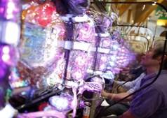 A feira de Dynam, na cidade japonesa de Fuefuki, proporciona um espetáculo de luzes aos visitantes que queiram recordar as alegrias das máquinas de pinball e das slot machines, que outrora foi uma indústria de grande sucesso no Japão
