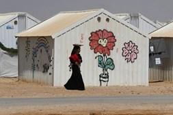 Mulher síria carrega ao colo o filho no campo de refugiados em Azraq, que acolhe 10.500 pessoas, segundo relatório das Nações Unidas