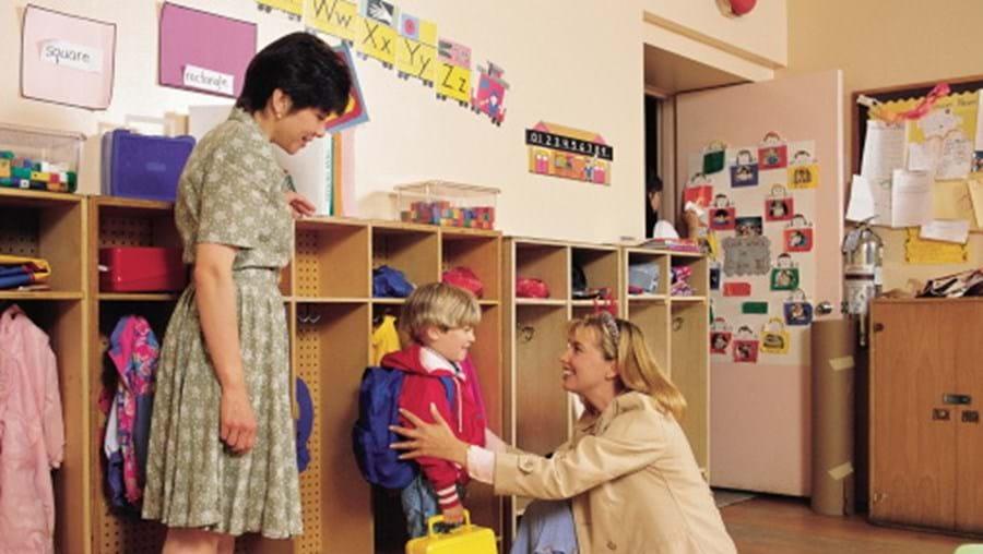 Preparar a primeira vez: visitar o infantário/escola com a criança antes das aulas, para a adaptação ser melhor e evitar birras no primeiro dia