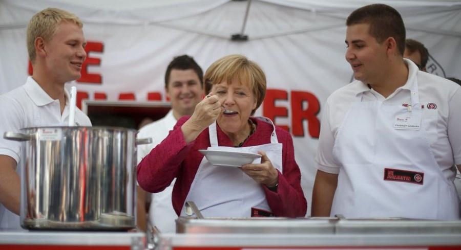 A chanceler alemã Angela Merkel prova uma sopa durante a visita à cozinha móvel da associação de solidariedade 'Malteser', em Bonn