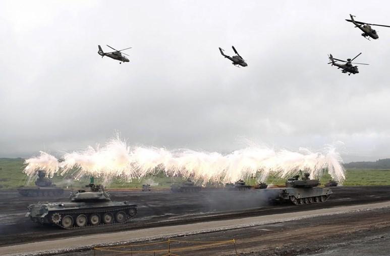 Veículos militares do exército japonês executam uma sessão de treino perto do Monte Fuji