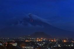 Cascata de lava num vulcão nas Filipinas
