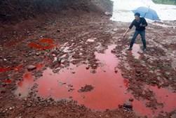 Água contaminada por lixo industrial na China