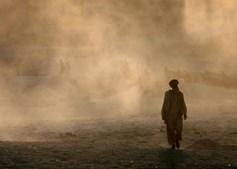 Homem no Afeganistão a caminhar em Kabul