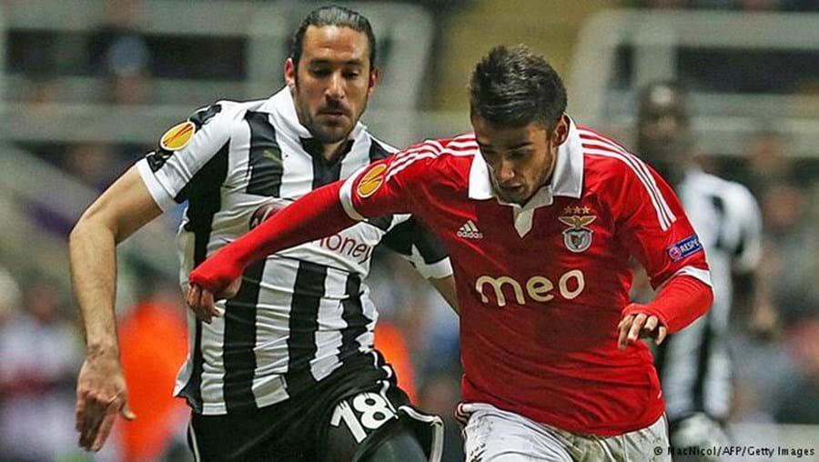 Jonas Gutiérrez e Salvio numa disputa de bola num jogo do Benfica com o Newcastle