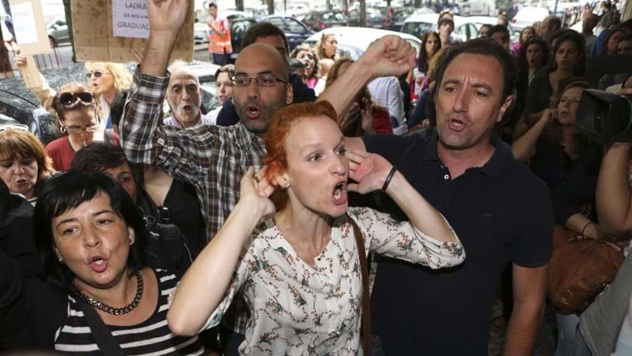 Professores afetos à Fenprof gritam palavras de ordem durante protesto à porta do ministério
