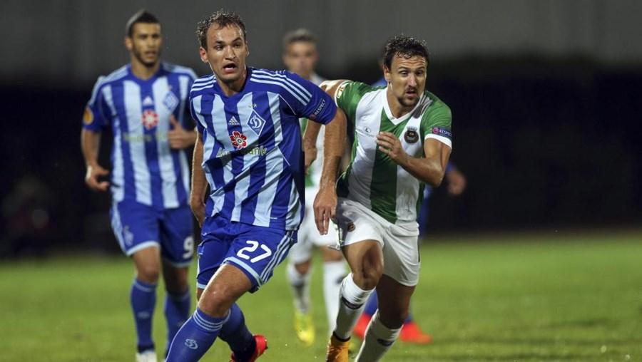 O jogador do Rio Ave Ukra a disputar a bola com Evgen Makarenko