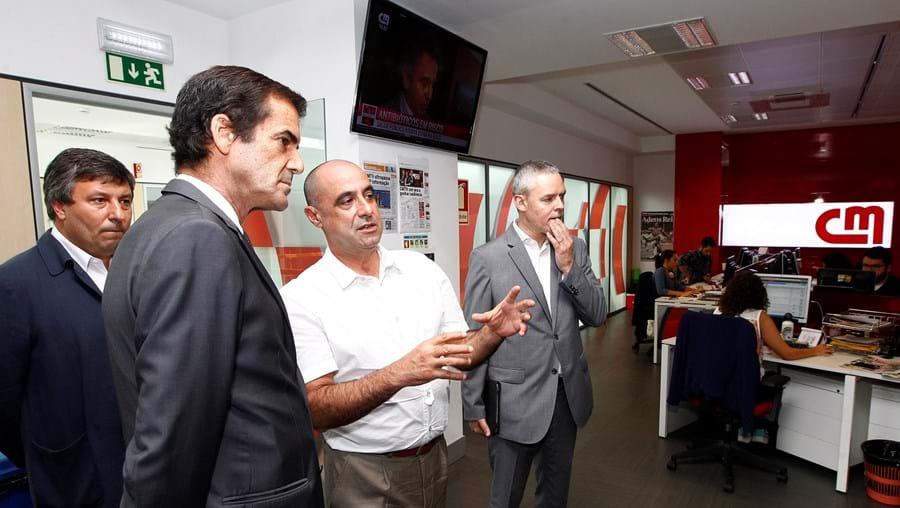 O autarca portuense com o diretor do Correio da Manhã, Octávio Ribeiro, na redação do jornal