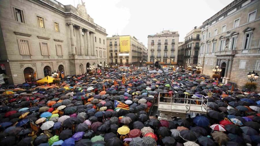 Independentistas catalães protestam contra o Tribunal Constuitucional espanhol, em Barcelona