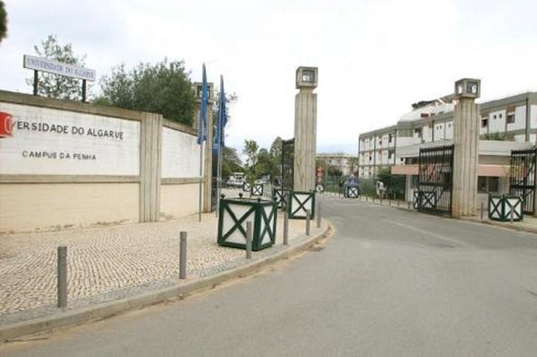 Fachada da entrada da Universidade do Algarve, Campus da Penha, em Faro