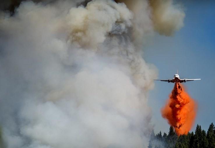 Helicóptero a ajudar na extinção de um incêndio, na Califórnia, EUA