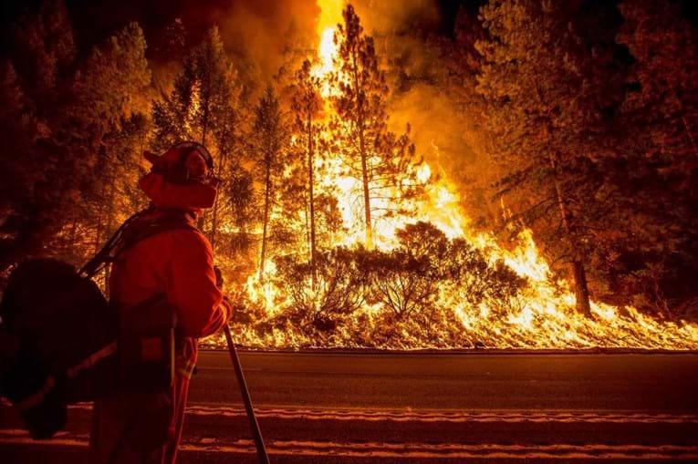 Bombeiro a combater um incêndio na Califórnia