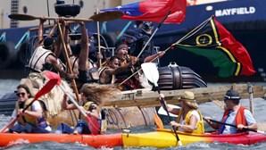 Porto australiano bloqueado com canoas