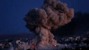 Turquia abre fronteira para combate contra Estado Islâmico