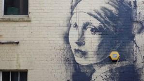Banksy recria 'A Rapariga com Brinco de Pérola'