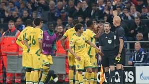 Adeptos recebem equipa do Sporting após derrota