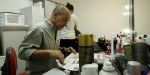 Enquanto o público vê as notícias no canal do Correio da Manhã, Nuno Graciano vai lendo o jornal do dia