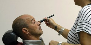 Na maquilhagem, os apresentadores levam os últimos retoques