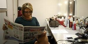 Apresentadora Maya a ler o jornal
